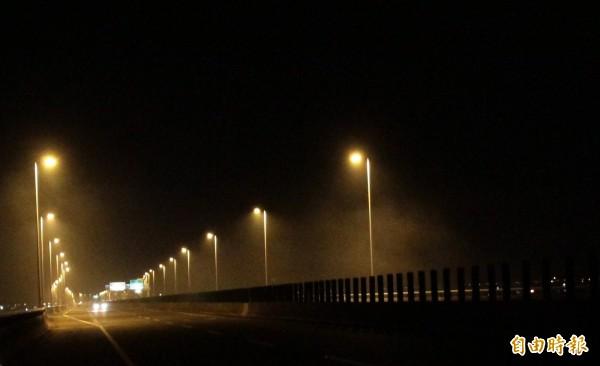 國道三號晚間常可見焚燒的煙霧。(記者陳彥廷攝)