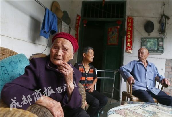 中國成都朱鄭氏(左)將過117歲生日,她的長壽秘訣是「心態好」。(圖擷取《成都商報》)