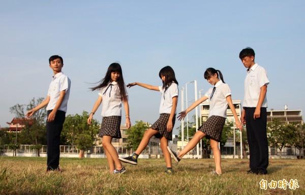 東港高中校服海洋風,學生精神抖擻,自信好young!(記者陳彥廷攝)