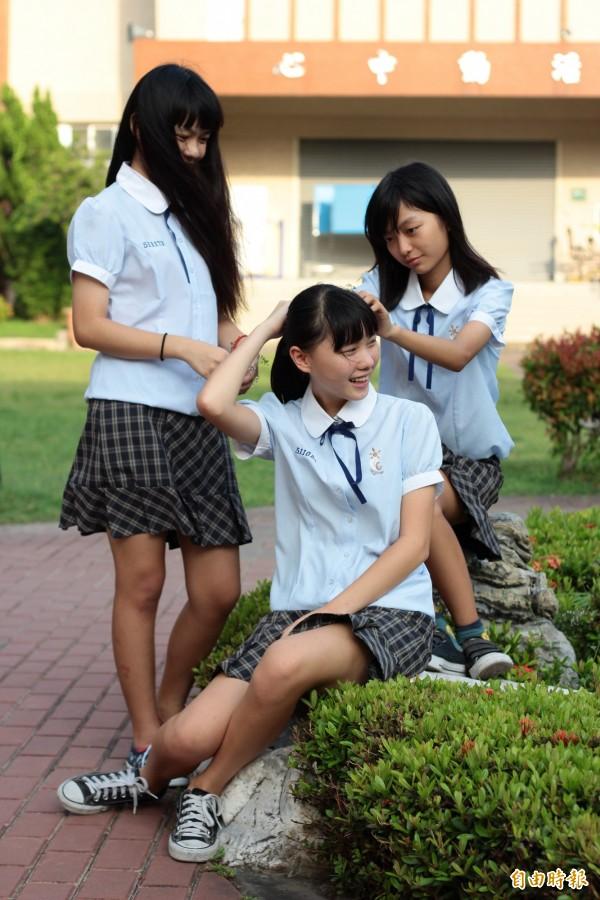 女生制服水藍色襯托清新,深藍領結畫龍點晴,花方格短裙氣質加分,這可是東港高中首屆師生討論出來的心血結晶。(記者陳彥廷攝)