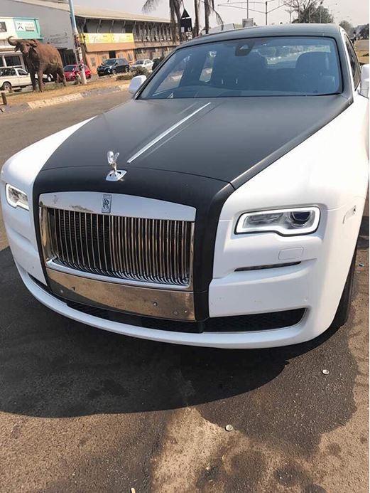 辛巴威總統夫人葛莉絲.穆加比第一段婚姻的的長子,週日(17日)迎接了2輛勞斯萊斯豪華轎車,價值近2億新台幣。(圖擷取自《newzimbabwe》)
