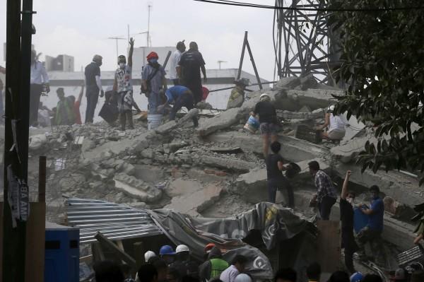 墨西哥中部發生規模7.1強震,救難人員在斷垣殘壁中找尋生還者。(美聯社)