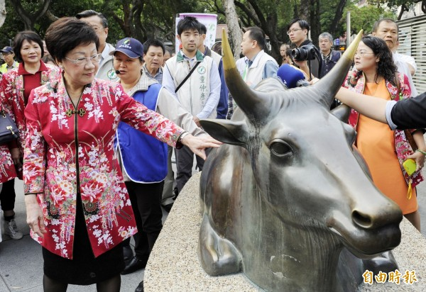 國立台灣博物館兩隻鎮館銅牛是日治時期鑄造的文物,昨天竟遭人潑油,文史界擔心有人惡意破壞!(資料照,記者陳志曲攝)
