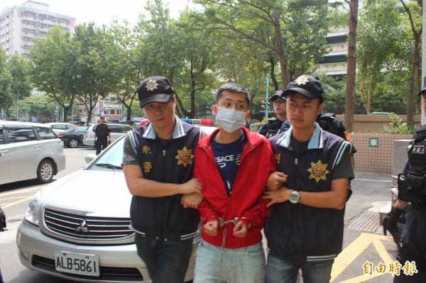犯下土城槍擊案的20歲男子陳致綸(中)被依殺人等罪嫌移送新北檢複訊。(記者陳慰慈攝)
