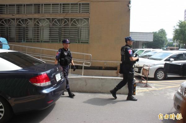 警方出動了4輛車移送陳致綸,持長槍的保安大隊員警先下車查看,再大陣仗的將陳嫌送進地檢署。(記者陳慰慈攝)