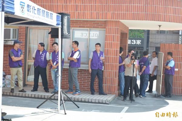 彰警後勤科人員穿著紫色背心,引起矚目。(記者湯世名攝)