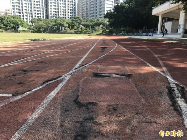 林口國中操場老舊,使用超過20年,跑道多處毀損。(記者葉冠妤攝)
