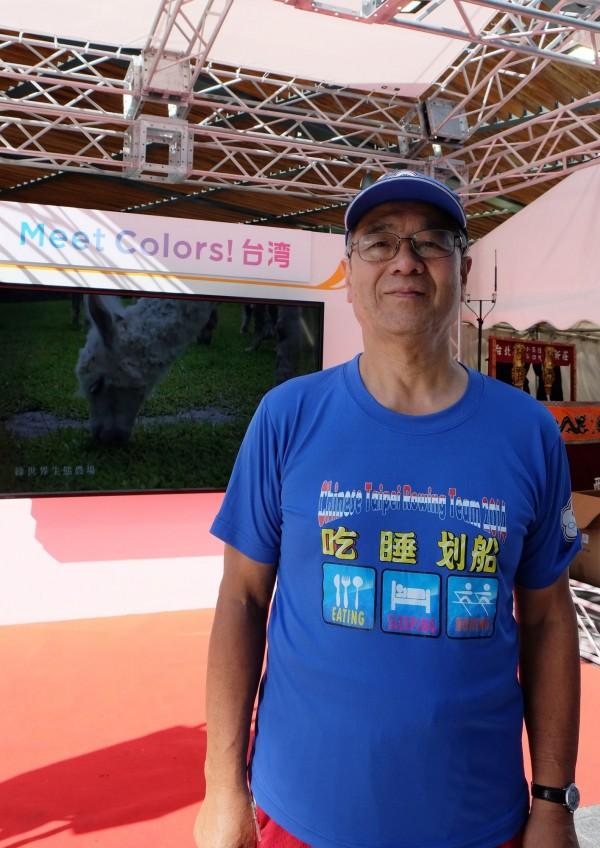 日本人中山泰浩今年74歲,非常喜歡台灣,過去5年來台灣21次,他換上台灣划船選手送他的上衣說:「我老婆說我臉上寫著台灣兩個字。」(中央社)