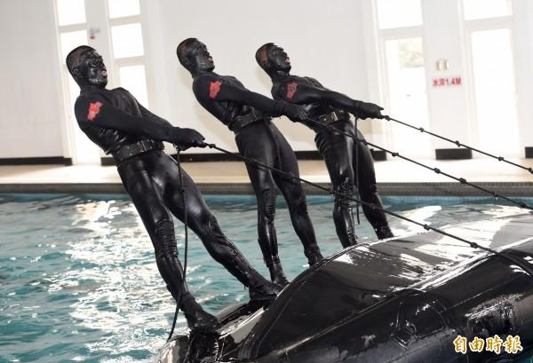 圖為金門陸軍航特部兩棲偵察營實施操舟演練。(資料照,記者羅沛德攝)
