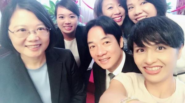 民進黨立委邱議瑩也在臉書PO出一張與總統蔡英文及行政院長賴清德的俏皮合照。(圖擷取自邱議瑩臉書)
