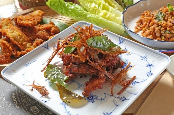 只要簡單幾個步驟,就能做出口感酥脆、不油膩的美味雞翅。(記者沈昱嘉攝)