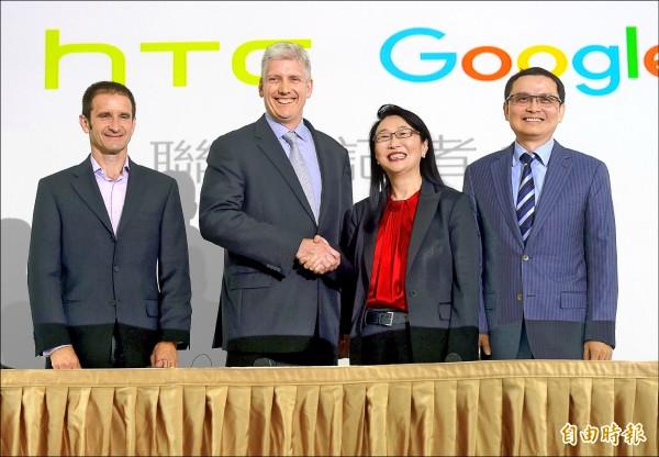 宏達電昨宣布與Google簽署合作協議,董事長暨執行長王雪紅(右二)與Google硬體資深副總裁 Rick Osterloh(左二)一同舉行記者會。(記者黃耀徵攝)