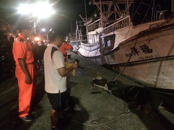 南方澳港區凌晨發現女浮屍,消防人員到場打撈。(記者江志雄翻攝)