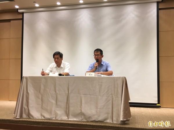交通部今天召開記者會,說明國慶連假國道疏運免收費措施。(記者蕭玗欣攝)