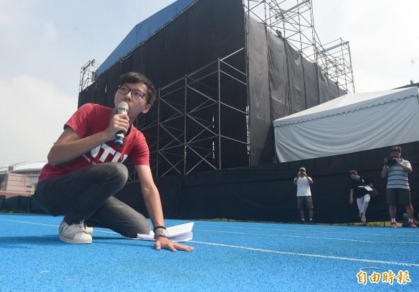 「中國新歌聲」節目在台大田徑場搭建大型舞台造成跑道凹陷、學生使用權益受損等問題,多位學生代表表達不滿。(記者廖振輝攝)