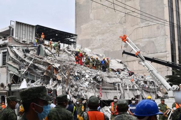 墨西哥9月19日發生7.1強震,已造成至少250人死亡。外交部指出,我國將捐助墨西哥10萬美金(約新台幣300萬元),協助墨西哥災後重建。(法新社)