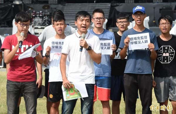 台大學生會今天和台大足球隊等校隊共同站出來怒吼,台大把田徑場借給中國商業節目並為此封閉田徑場一週,造成全校3萬多名學生的體育課大受影響。(記者廖振輝攝)