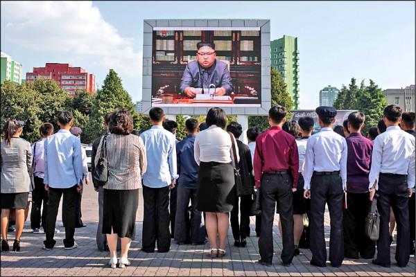 北韓領導人金正恩史無前例親自發表聲明回嗆美國總統川普,北韓報紙廿二日均刊登該聲明,該國「明星主播」李春姬也在官媒「朝鮮中央電視台」節目中宣讀。圖為大批民眾在平壤的中央火車站外,收看電視轉播。(法新社)
