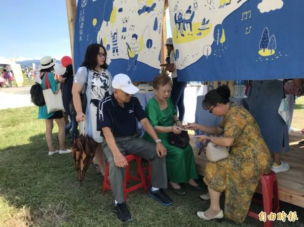 柯文哲今出席野餐活動,眼尖民眾發現柯媽也現身會場。(記者沈佩瑤攝)