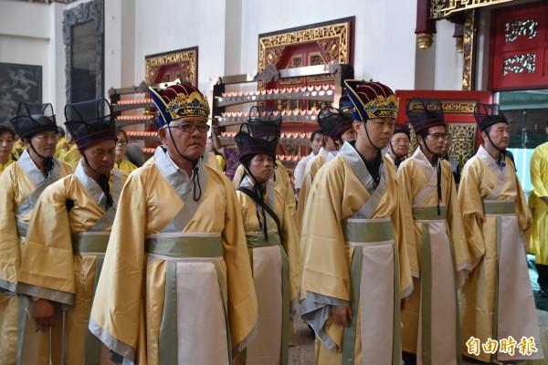 雲林縣長李進勇(前排左一)出席,全程參加北港武德宮祭孔大典。(記者黃淑莉攝)