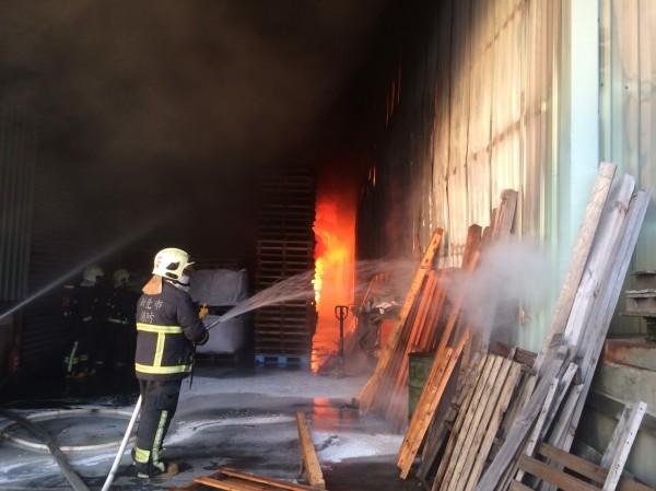 新北市林口鐵皮倉儲竄出大量濃煙,火勢猛烈。(記者王宣晴翻攝)