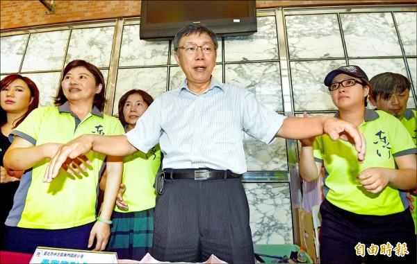 台北市長柯文哲昨早出席交通導護志工表揚大會(見圖),閉口不談新任警察局長陳嘉昌,下午出席野餐活動,才強調並非要為難陳,只是他藏不住表情。(記者羅沛德攝)
