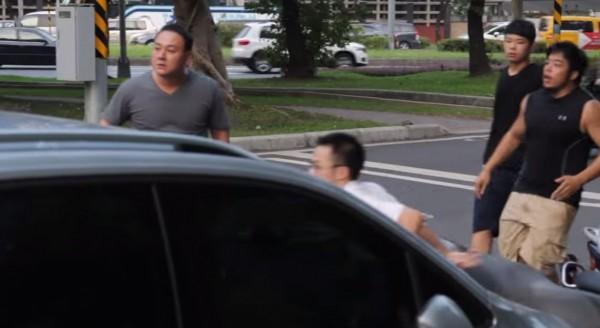 影片中帶頭打人的灰衣男子(圖左),疑為白狼張安樂次子張瑋。(翻攝自youtube)