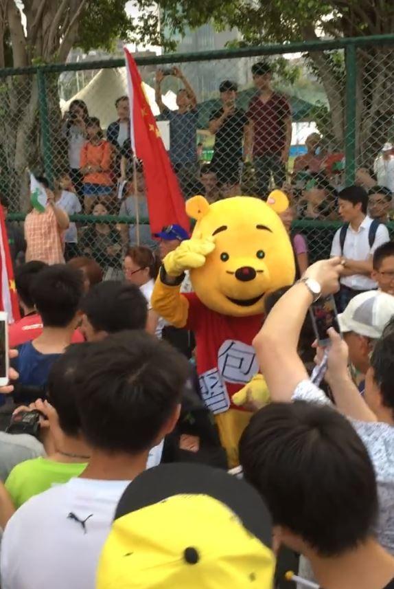 今天(24日)下午在台大舉行的「中國新歌聲」遭到台大學生及獨派團體抗議,現場驚見「習包子」親臨,讓網友笑翻。(翻攝自臉書)