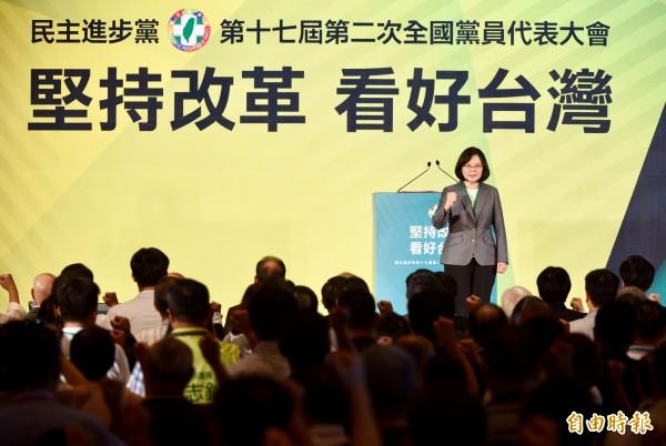 民進黨全代會今(24)日在台北市圓山飯店召開,總統蔡英文以民進黨主席身分發表談話。(記者羅沛德攝)
