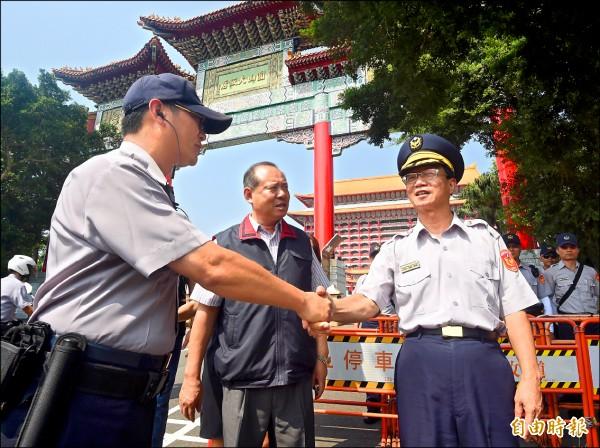 民進黨全代會昨天在台北圓山飯店舉行,甫上任的台北市警察局長陳嘉昌(右)到場慰問執勤員警。(記者廖振輝攝)