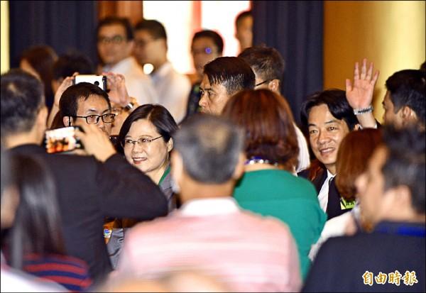 民進黨主席、蔡英文總統(左)、行政院長賴清德(右)24日出席民進黨全國黨員代表大會。(記者羅沛德攝)