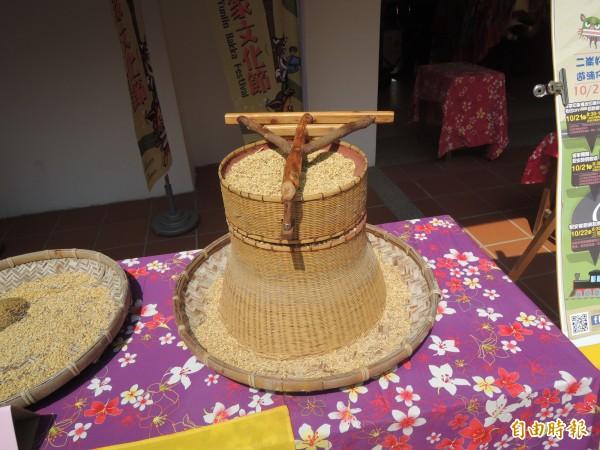 詔安客家文化館現展出台灣古老稻穀脫殼機。(記者陳燦坤攝)