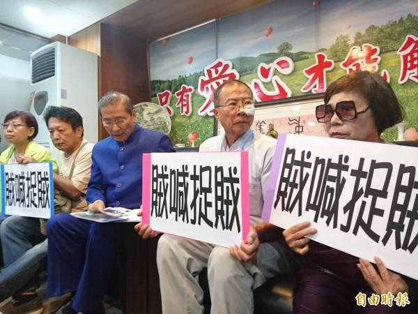 統促黨召開記者會指控李柏璋先出手打人。(記者王冠仁攝)