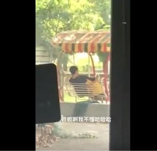 黃衣女趴在黑衣男的雙腿中疑在為男方口交,被一旁民眾錄下十五秒短片。(記者王俊忠擷取自臉書爆料公社)