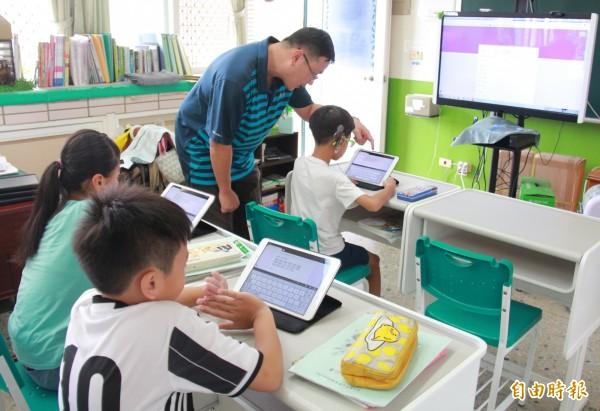 北斗國小老師葉志偉,利用平板與觸控電腦對資源班學童進行E化教學,獲得「彰化縣SUPER教師評審團特別獎」的肯定。(記者陳冠備攝)