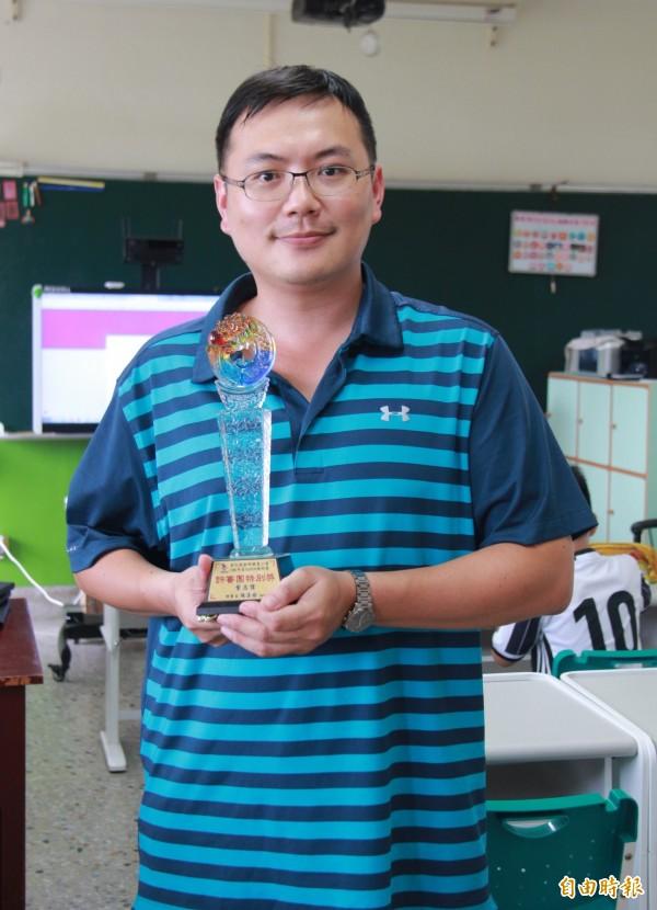 從宅男便宅師,葉志偉致力資訊科技教學,讓他獲得彰化縣SUPER教師評審團特別獎的肯定。(記者陳冠備攝)