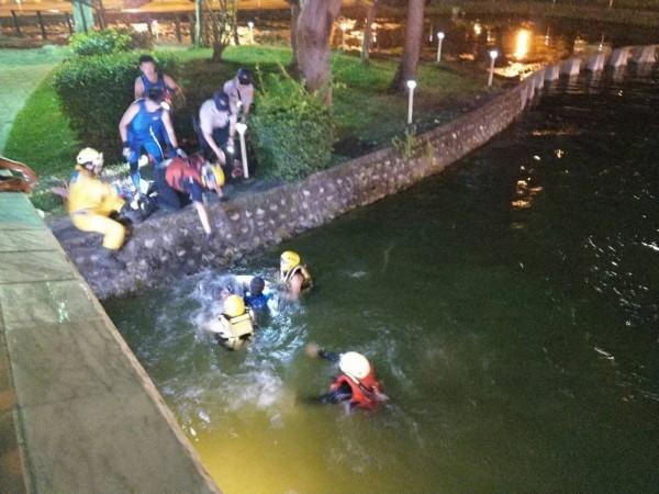 消防人員利用繩索吊掛工具將林男拖到岸邊。(記者許國楨翻攝)