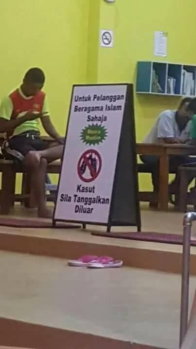 馬來西亞柔佛州一間洗衣店,在門口毫不避諱地擺出了標明「僅限穆斯林消費者」使用的看板,被認為有歧視之嫌,引起大馬網民熱議。(圖取自persatuan gaya hidup sihat pelabuhan klang臉書專頁)