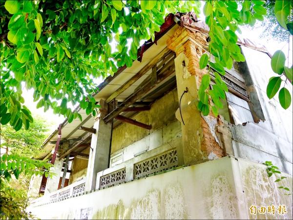 舊居外觀可見部分水泥層剝落、磚造處破損。(記者李雅雯攝)