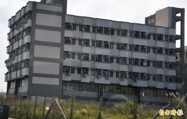 苗栗縣竹南鎮大埔地區一處出租公寓,傳出墜樓意外,44歲古姓女子傷重死亡。(記者彭健禮攝)