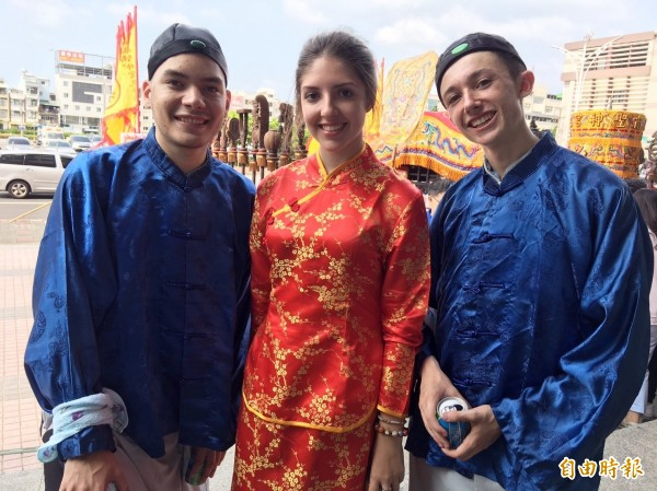 東吳高職三名外籍交換生翁一翔(左至右)、李琳跟陳冠傑也參加迎孔儀式,直呼新鮮。(記者王善嬿攝)