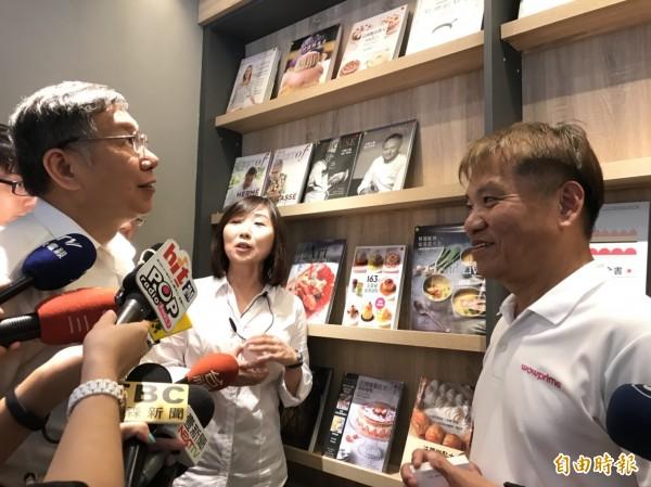 台北市長柯文哲看到「益品書屋」藏有大量中文食譜,表示驚訝。(記者沈佩瑤攝)