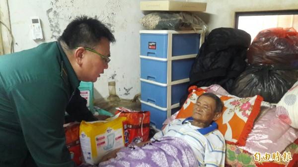 雲林郵局郵務稽查謝委儒探訪82歲獨居阿公吳進興。(記者廖淑玲攝)