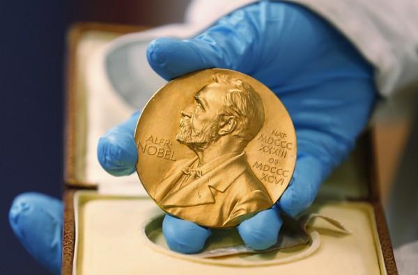 2017年諾貝爾獎金加碼100萬瑞典克朗,增至900萬瑞典克朗。圖為諾貝爾獎牌。(美聯社)