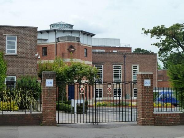 英國著名女校「詹姆斯艾倫女子學校」(James Allen's Girls' School)的校長,決定不再稱呼她的學生們為「女孩」(Girls)。(圖片擷取自網路)