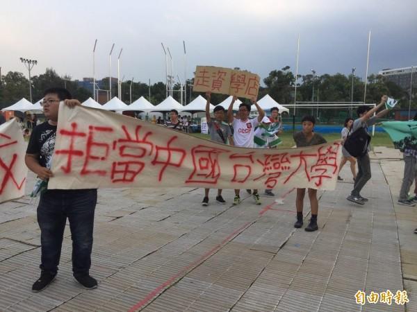 台大學生日前抗議,拒絕被矮化。(記者周彥妤攝)