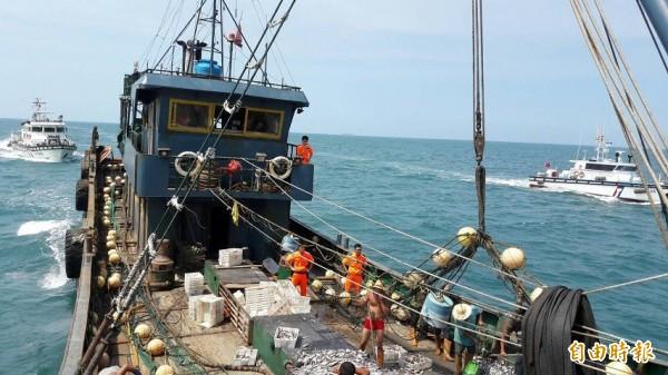 海巡強勢查處中國漁船。(記者蔡彰盛翻攝)
