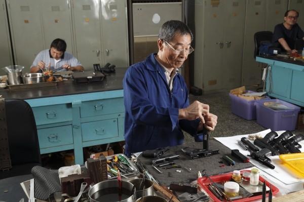 李金國現任警察機械修理廠技士,掌領10人的團隊,負責全國共11款、上萬支的警察槍械維修。(記者陳宇睿攝)