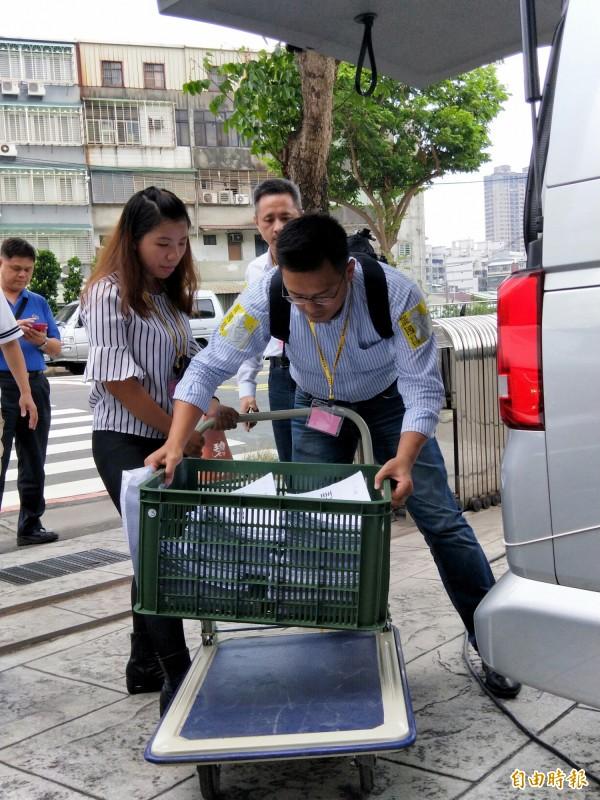 「安定力量」罷免立委黃國昌,8月21日將連署書送交新北市選舉委員會,經選委會查對資料後,不足293件。(記者何玉華攝)