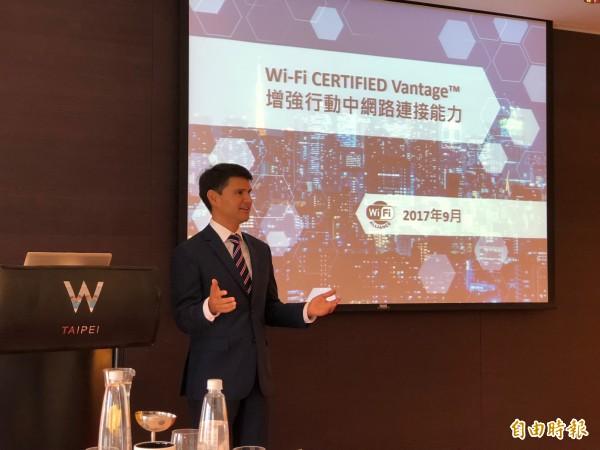 Wi-Fi聯盟公司執行長Edgar Figueroa在台展示新的Wi-Fi連線功能。(記者譚偉晟攝)